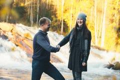Couples dans la poignée de main drôle et le Laughting d'amour Images stock