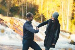 Couples dans la poignée de main drôle et le Laughting d'amour Photographie stock libre de droits