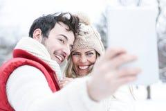 Couples dans la prise de vacances d'hiver Photo libre de droits