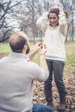 Couples dans la proposition de mariage d'amour Photographie stock
