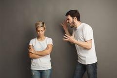 Couples dans la querelle, femme criant à l'ami Images stock