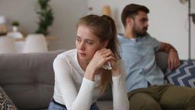 Couples dans la querelle se reposant sur le foyer de divan sur la fille pleurante banque de vidéos