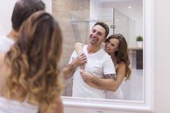 Couples dans la salle de bains Photos libres de droits