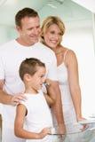 Couples dans la salle de bains avec les dents de brossage de jeune garçon Photo stock