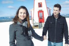Couples dans la scène de neige d'hiver au beau jour ensoleillé Image stock