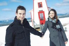 Couples dans la scène de neige d'hiver au beau jour ensoleillé Photo stock