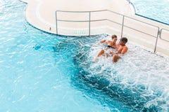 Couples dans la station thermale thermique de bien-être sur le massage de l'eau Photos libres de droits