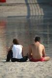 Couples dans la verticale de plage Image stock