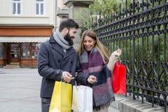 Couples dans la ville sur des achats image stock