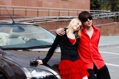 Couples dans la voiture convertible Photographie stock libre de droits