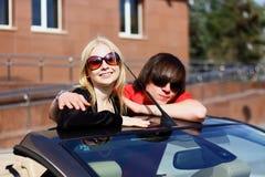 Couples dans la voiture convertible Photo libre de droits
