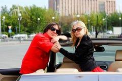 Couples dans la voiture convertible Images libres de droits