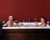 Couples dans le bain de bulle Image stock