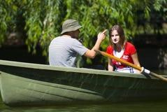 Couples dans le bateau à rames Image stock