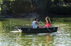 Couples dans le bateau à rames Photo stock