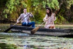 Couples dans le bateau Images stock