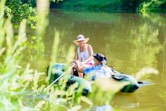 Couples dans le bateau sur la pêche d'étang ou de lac Images libres de droits