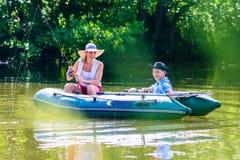 Couples dans le bateau sur la pêche d'étang ou de lac Photos libres de droits