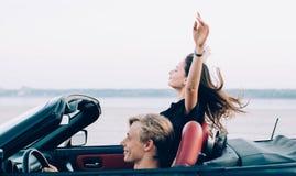 Couples dans le cabriolet Photographie stock