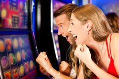 Couples dans le casino Photographie stock libre de droits