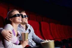Couples dans le cinéma Photos stock