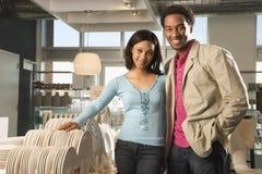 Couples dans le commerce au détail. photo stock