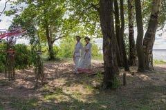 Couples dans le costume traditionnel Images libres de droits