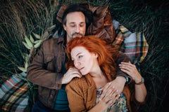 Couples dans le déplacement d'amour photographie stock libre de droits