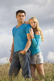 Couples dans le domaine de blé Photographie stock libre de droits
