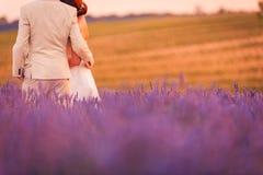 Couples dans le domaine de lavande, le coucher du soleil romantique et le beau fond de nature Destination l'épousant idyllique de photos stock
