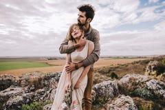 Couples dans le domaine près des montagnes Image libre de droits