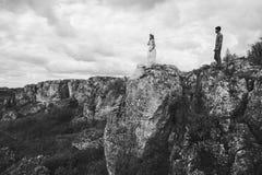 Couples dans le domaine près des montagnes Photo libre de droits