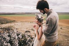 Couples dans le domaine près des montagnes Images stock