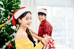 Couples dans le festival du ` s de Noël Image libre de droits