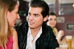 Couples dans le flirt potable de bière de bar Image libre de droits