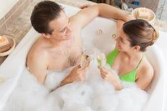 Couples dans le grillage de baquet Image stock