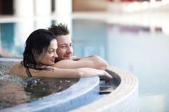Couples dans le jacuzzi Photo libre de droits
