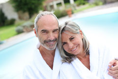 Couples dans le peignoir détendant dans l'hôtel de station thermale Photos libres de droits