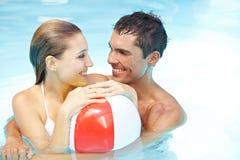 Couples dans le regroupement avec la bille de plage Photo libre de droits