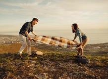 Couples dans le repos d'amour extérieur en été Photographie stock libre de droits