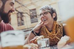 Couples dans le restaurant d'aliments de préparation rapide Photos stock