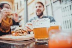 Couples dans le restaurant d'aliments de préparation rapide Photographie stock libre de droits