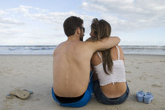 Couples dans le sable Photos stock