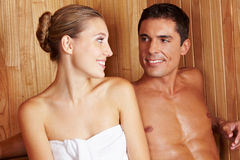 Couples dans le sauna regardant l'un l'autre Photo stock