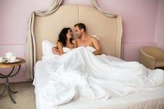 Couples dans le sourire de bâti Image libre de droits
