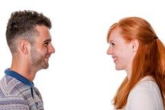 Couples dans le sourire de profil à l'un l'autre Images libres de droits