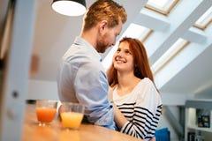 Couples dans le sourire parlant d'amour à la maison Photo stock