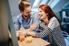 Couples dans le sourire parlant d'amour à la maison Images libres de droits