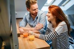 Couples dans le sourire parlant d'amour à la maison Photo libre de droits