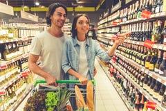 Couples dans le supermarché Images stock